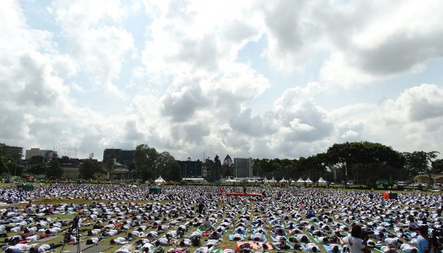 7000 participants doing yoga postures during IDY event held in Nairobi, Kenya