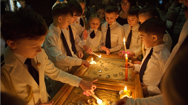 School children paying respects to road traffic victims on Int'l Day of Remembrance, Moscow
